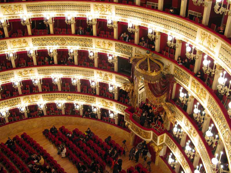 Opera lirica classica italiana al teatro San Carlo di Napoli